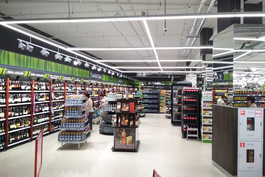 Luminaires ledz e-Trade perfectly fit into the interior of the hypermarket Green